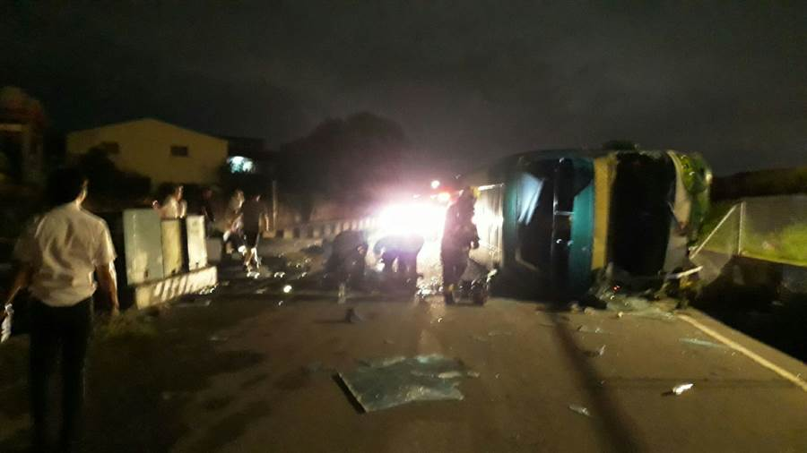 國道1號彰化段阿羅哈客運翻覆,造成1人死亡多人輕重傷。(吳家詮翻攝)