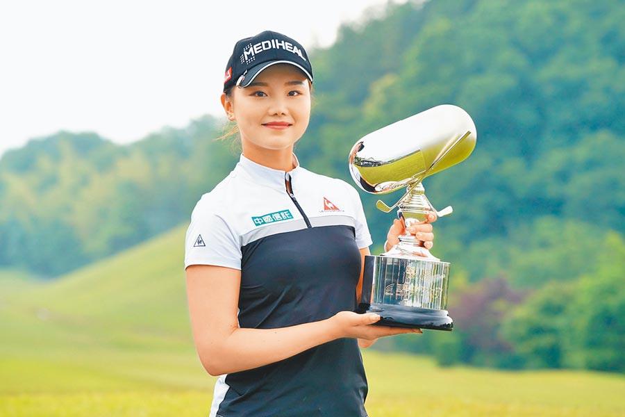 中國信託贊助女將石昱婷於8日贏得日本次級巡迴賽的首冠,獎金榜衝上第三,目標設定取得年度獎金王,如果順利拿下,即獲得女子日巡的參賽資格。(IMG提供)