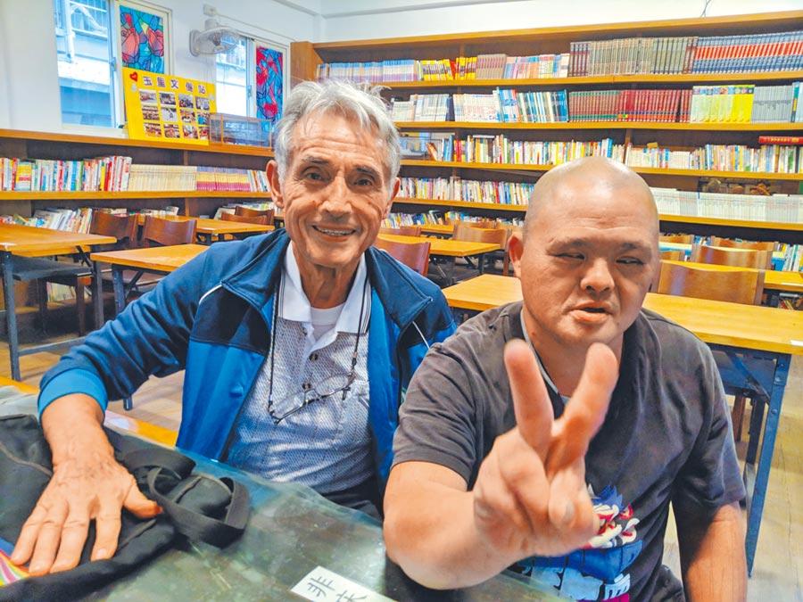劉一峰神父(左)照顧玉里的孩子,被暱稱為「玉里的法國爸爸」。(許家寧攝)