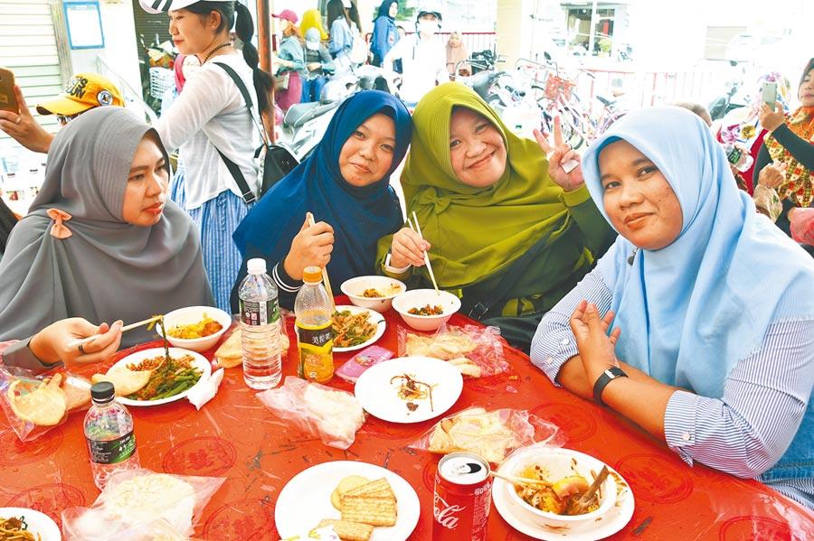 印尼伊斯蘭教徒慶祝開齋節活動,穿上傳統國服祝禱、擁抱、歡唱、大啖印尼美食。(莊哲權攝)