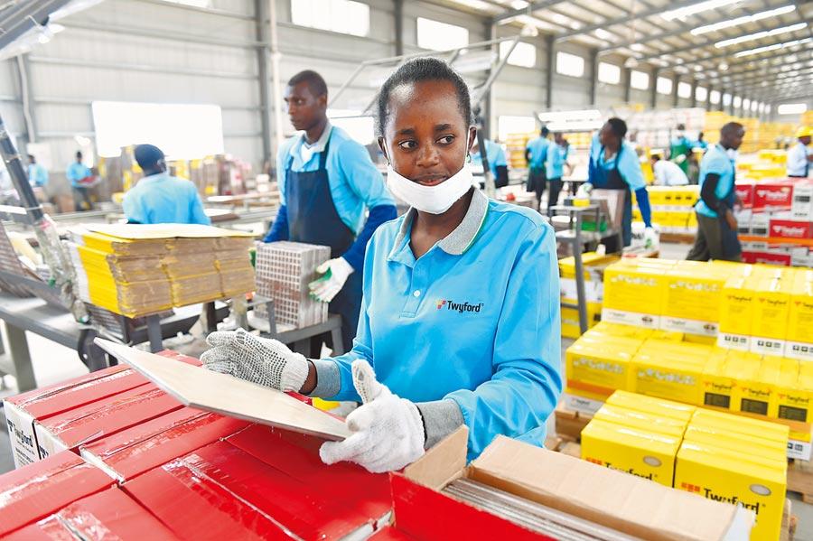 肯亞一中國企業合資建立的陶瓷工廠,工人檢查陶瓷地磚。(新華社資料照片)