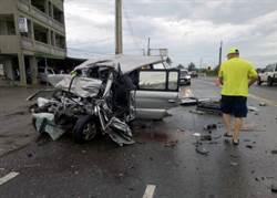 廂型車先撞電桿再被油罐車撞 80歲駕駛不治