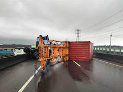 大雨打滑?貨櫃車自撞翻覆 西濱和美段北上封閉中