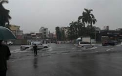 暴雨來襲!他曝台南這學校淹成水樂園 學長笑菜逼八