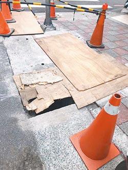 薄板遮施工坑洞 遭批道路殺手
