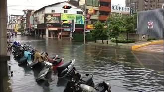 豪大雨狂下 員林市區路邊機車泡水