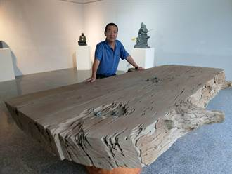 全台最大的仿枯木石雕茶盤 現身石彫聯展