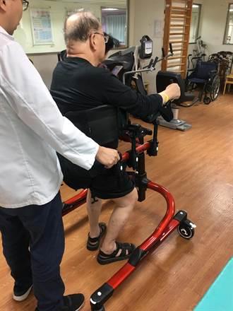 南投醫院引進成人學步車 行動不便患者重新走路