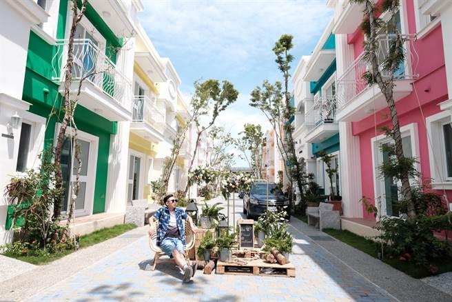 由14棟彩色屋打造成的社區民宿命名為「夢幻島」,目前有7家業者進駐。(謝佳潾攝)