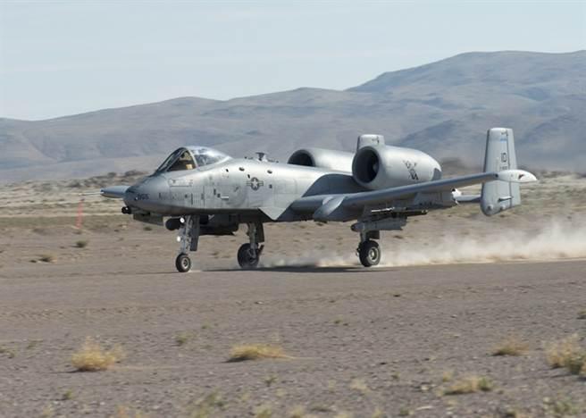 A-10展現可在礫石路面起降的獨特實力。(圖/美國國民警衛隊)