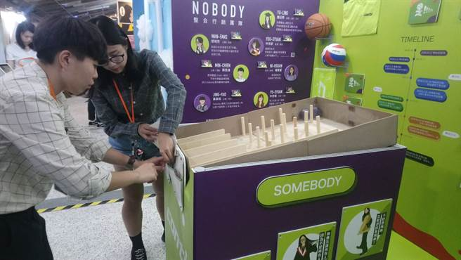 同學將手工製作小遊戲台搬至會場,與觀眾做互動。(吳佳篔攝)