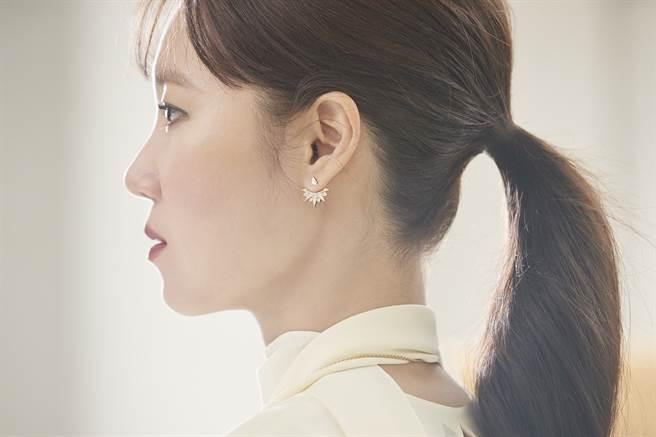 伯爵亞太區品牌大使孔曉振於最新形象影片中配戴Sunlight系列18K玫瑰金鑲鑽耳環。(圖/品牌提供)
