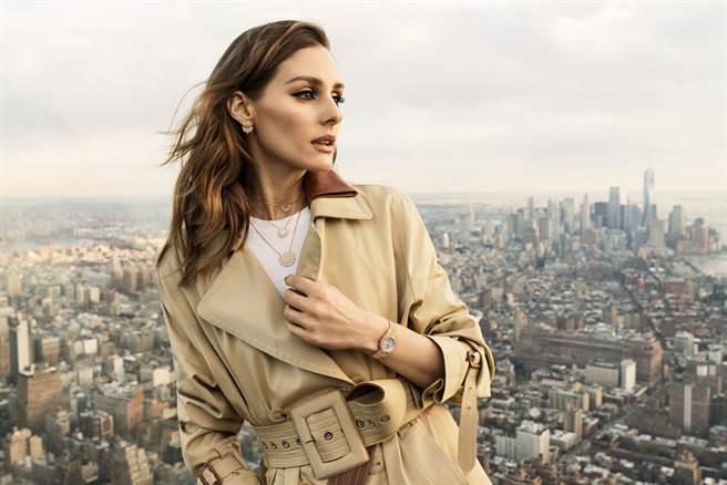 伯爵品牌之友Olivia Palermo佩戴最新款Sunlight系列珠寶,在豔陽下閃耀金光。(PIAGET提供)