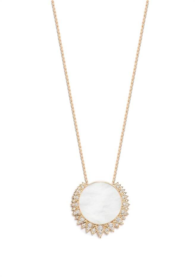 伯爵Sunlight系列珍珠母貝18K玫瑰金鑲鑽墜鍊,53萬元。(PIAGET提供)