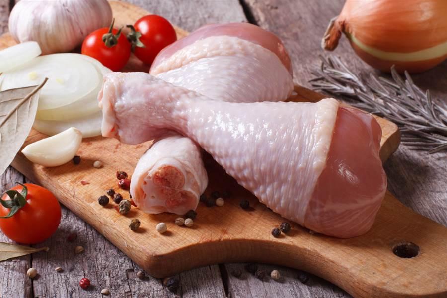 你也會買生雞肉回家後,馬上用水清洗?專家:細菌容易因此交叉感染...改這4招才對。(圖/達志影像)