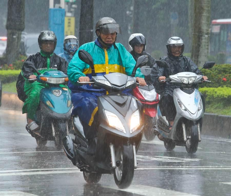 梅雨季已結束,但台灣四南部沿海地區,對流胞每天清晨來報到,還在持續中。(資料照/劉宗龍攝)