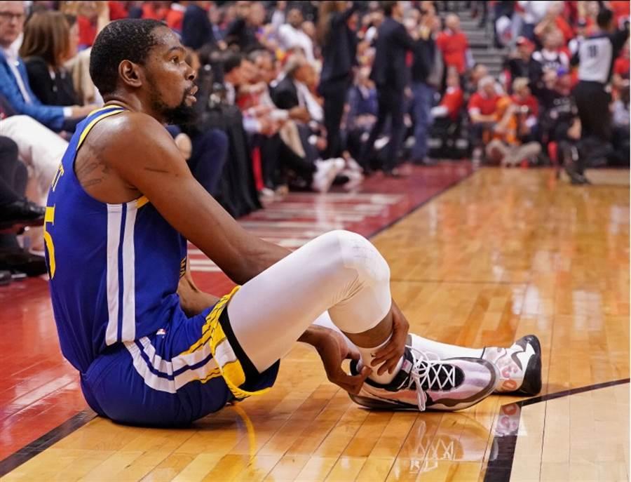 杜蘭特第2節舊傷復發,突然坐在地上摸著自己的右腳踝。(路透)