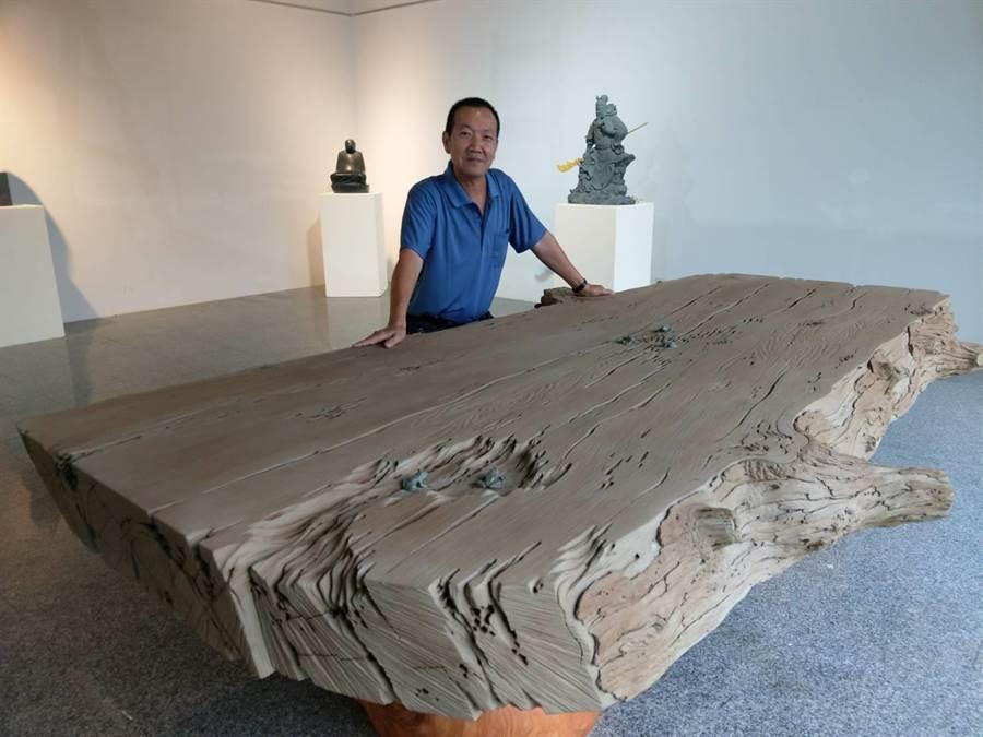 花蓮石雕家陳秋中創作號稱全國最大的仿枯木石雕茶盤,古樸之至。(范振和攝)