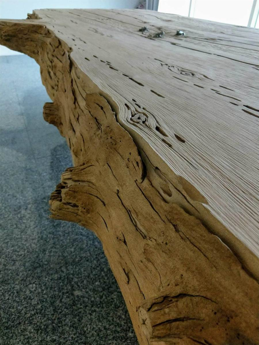 石雕家陳秋中創作仿枯木石雕茶盤,樹皮等維妙維肖。(范振和攝)
