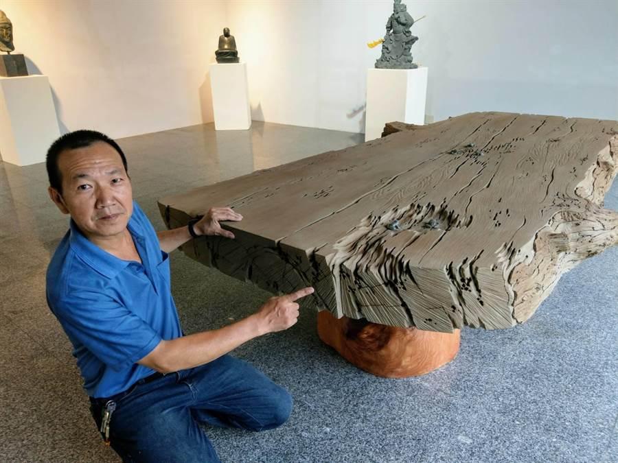 石雕家陳秋中說明,要雕出仿枯木石雕茶盤的細節,得用心、耐心、細心。(范振和攝)