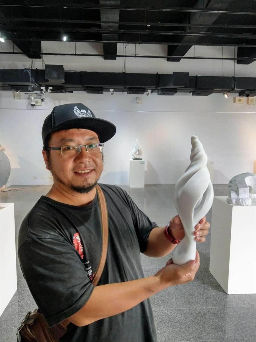 石雕家林立仁創作的《無限的延伸》,小巧玲瓏。(范振和攝)