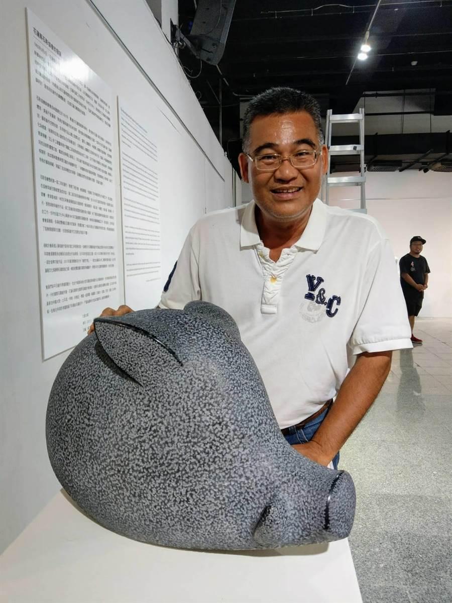 花蓮石彫協會理事長鄭詠鐸創作《溫柔母山豬》。(范振和攝)