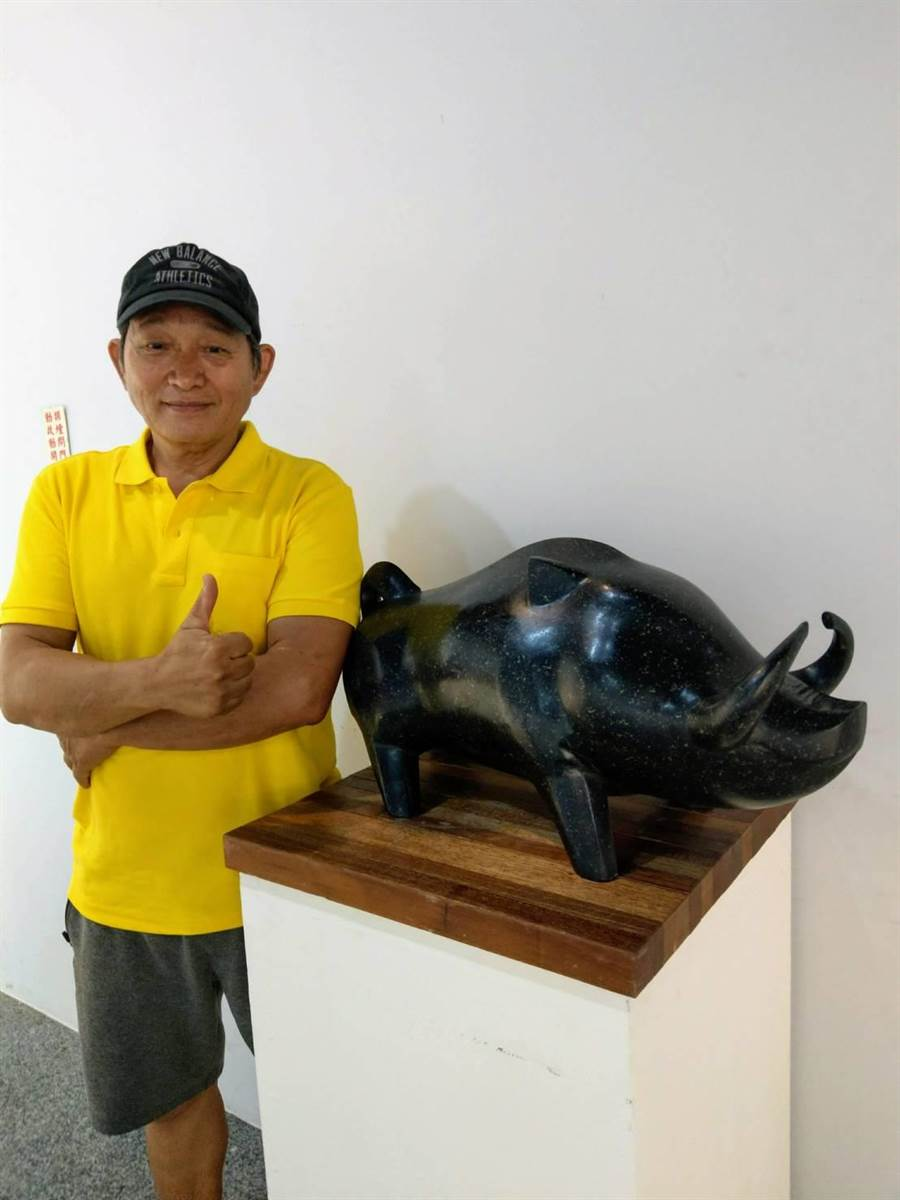 原住民石雕家劉金德創作《傲氣公山豬》,與鄭詠鐸作品相互輝映。(范振和攝)