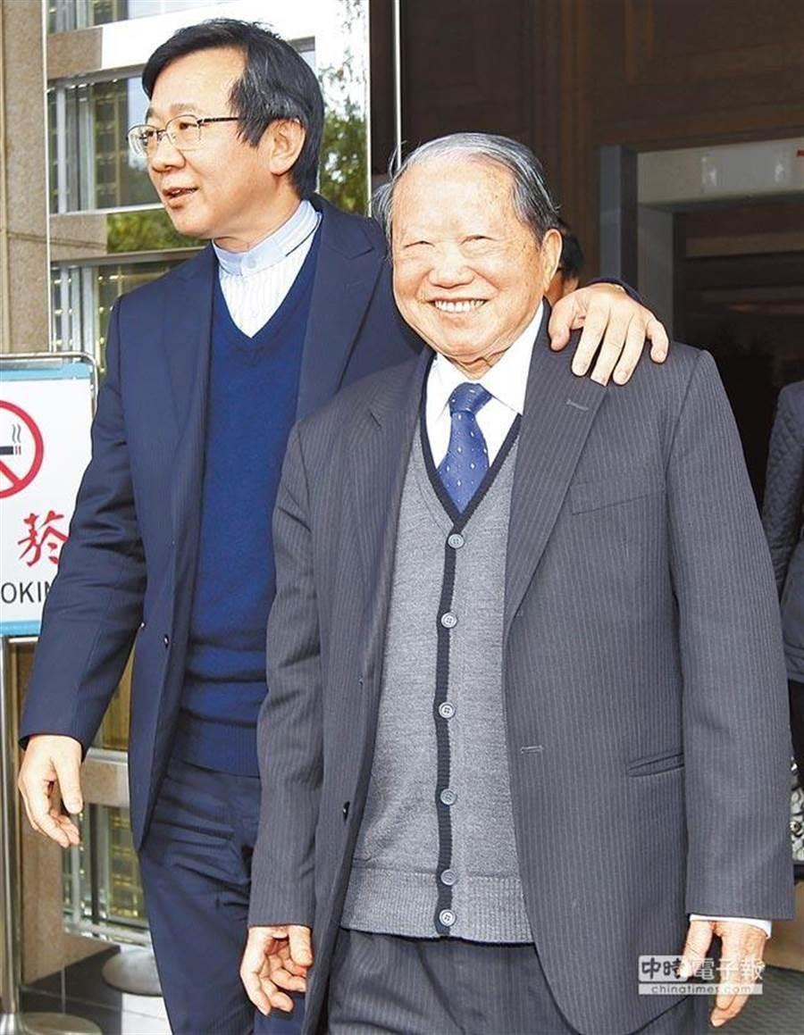 太設董事長章民強(右)昨晚在家安詳過世。(中時資料照)