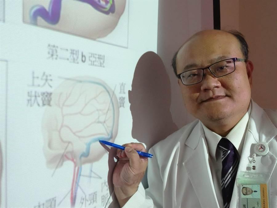 中山醫學大學附設醫院神經外科醫師楊道杰指出,婦人左側枕部出現硬腦膜動靜脈瘻管,造成血液回流不順,進而腦壓慢慢增高。(馮惠宜攝)