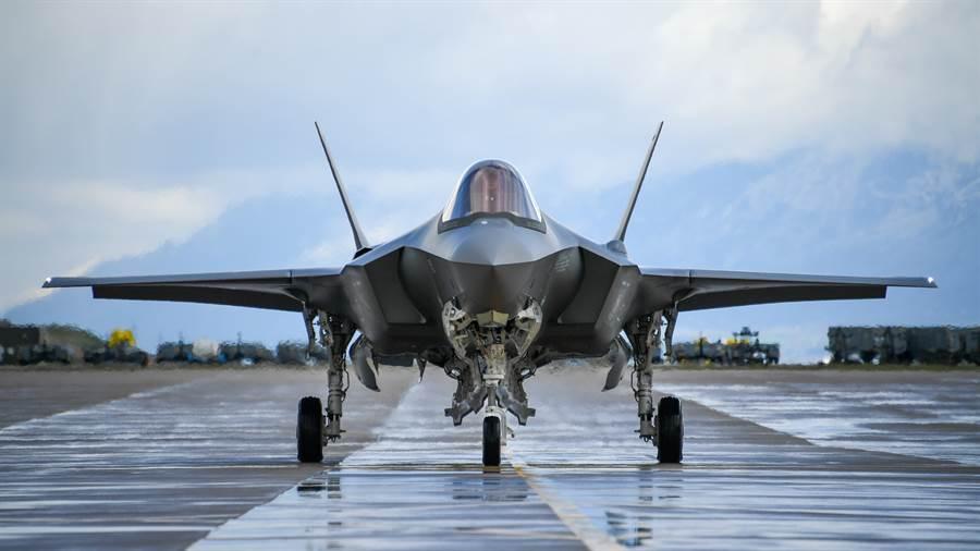 一架F-35A準備從跑道起飛的畫面。(美國空軍)