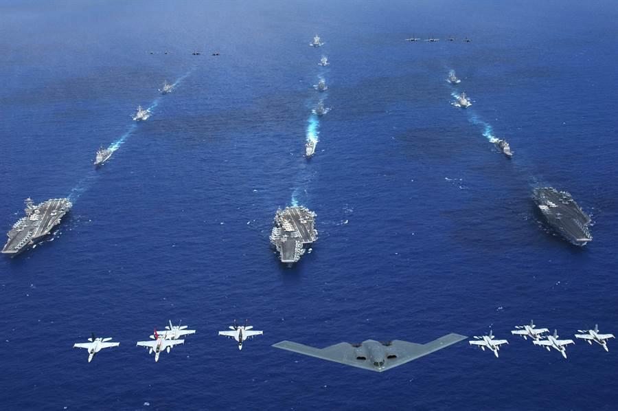 美軍3航母戰鬥群與B-2隱形轟炸機與其他戰機在菲律賓海進行大規模演習。(圖/美國海軍)