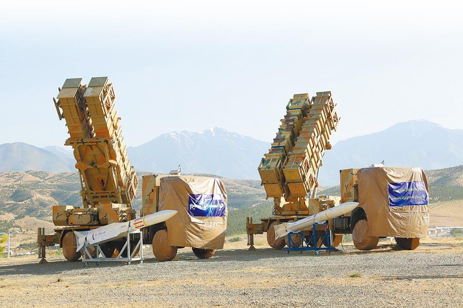波斯灣情勢緊繃,伊朗9日推出一套自行設計、研發和製造的先進防空系統,這套系統外觀類似美國「愛國者飛彈防禦系統」,能同時攔截並摧毀6個敵方來襲目標。(美聯社)