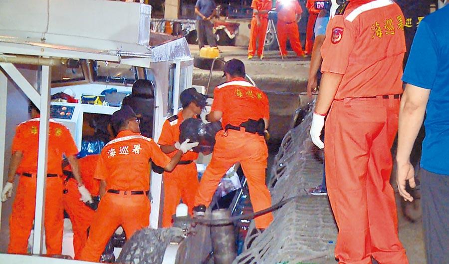 台東地檢署5月9日指揮海巡署台東查緝隊、台東縣警察局人員,在蘭嶼外海攔截1艘海釣船,在船上取出899公斤安非他命。(莊哲權翻攝)