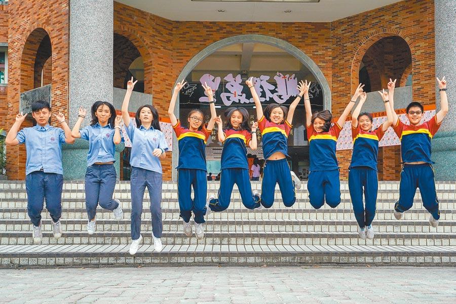 宜蘭縣私立慧燈中學國中部有9人在拿到5A++,人數占全縣逾半,這9名學生開心地在校園裡合影留念。(李忠一攝)