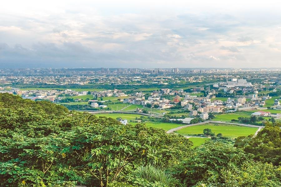 鳳崎步道眺望竹北市西區平原美景。(羅浚濱攝)