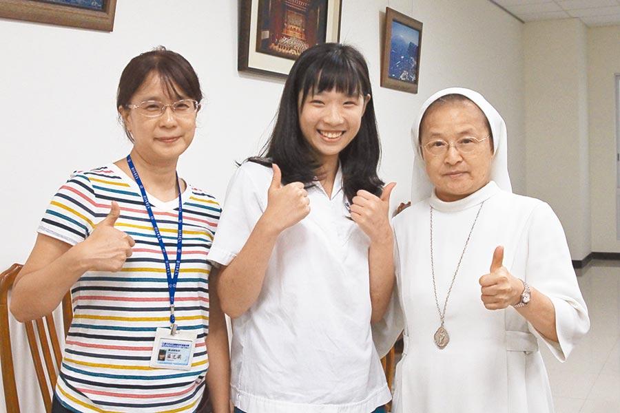 台中市曉明女中雷婷羽(中)的寫作測驗獲選為全國範本,校長劉瑞瓊(右)及國文老師羅尤莉(左)向她祝賀。(陳淑芬攝)