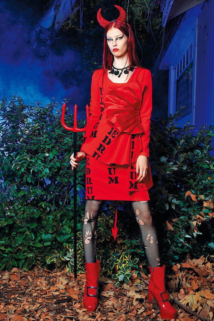 Moschino早春將《鬼店》小男孩台詞「REDRUM」印在鮮紅色洋裝上。(Moschino提供)