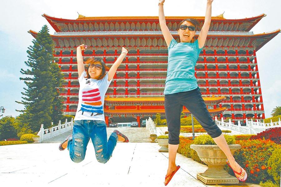 北京來台自由行的陸客在圓山飯店前躍起歡呼。(本報系資料照片)
