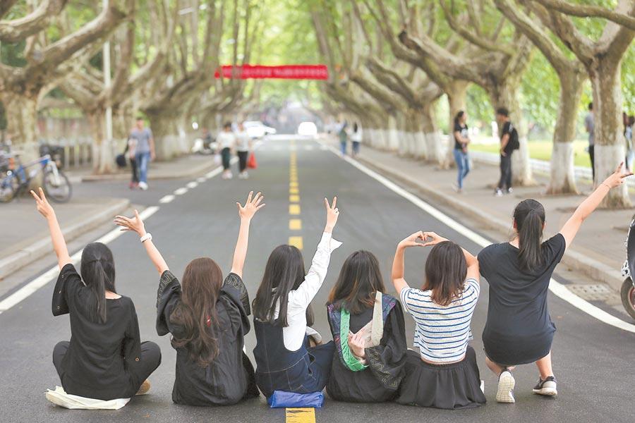 南京農業大學的畢業生在校園內拍攝畢業照片。(中新社資料照片)