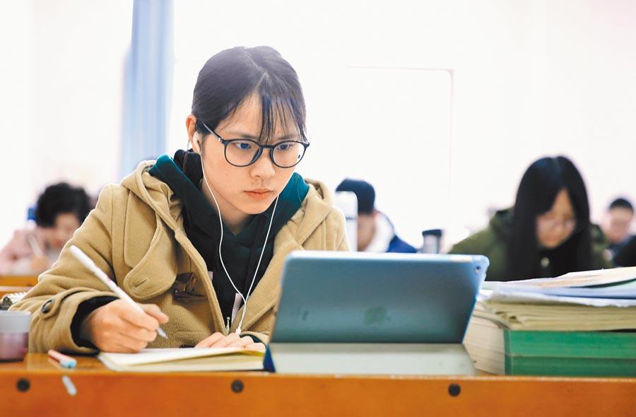 湖南南華大學,考研學生在圖書館內看書複習。(新華社資料照片)