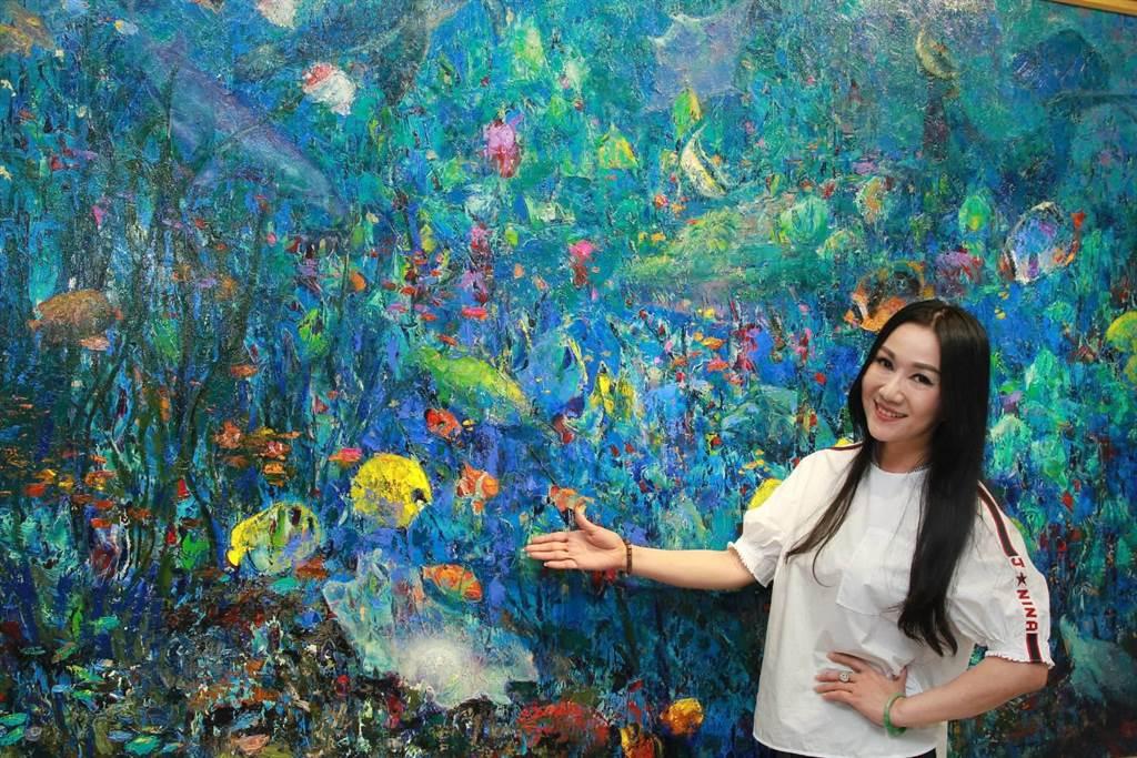 胡宝莉推出个人油画展览「当抽象遇上印象」,8日至22日在台北SOGO天母馆3楼展演会馆展出。(张颖齐翻摄)