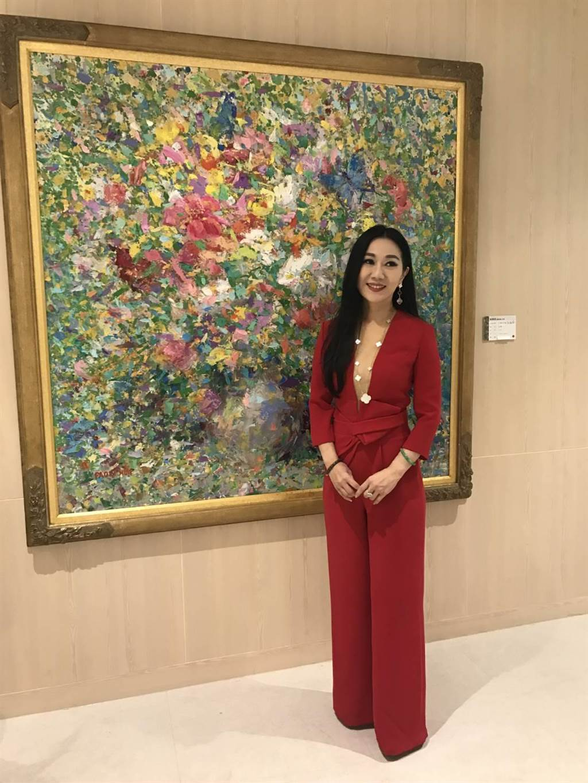 胡宝莉的作品,环视空间却是色彩缤纷,层层堆垒的抽象意境,是具象和抽象的组合。(张颖齐翻摄)