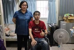 媽媽陪讀兩年 台首大癱瘓生拿到遲來的畢業證書