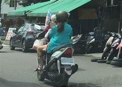 婦右手騎車左手抱幼兒 路人捏把冷汗