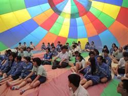在彩色熱氣球裡打滾找洞洞 桃市國中生嗨翻
