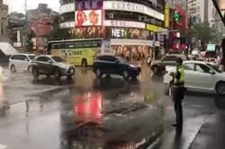 連日大雨  大安警冒雨疏導交通