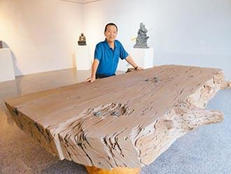 陳秋中用石頭 雕出逼真樹瘤