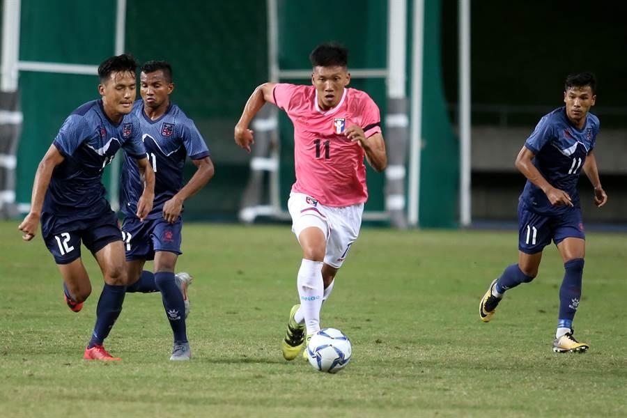 吳俊青(中)繼對尼泊爾的進球表現,對香港又送出致勝助攻。(資料照片/李弘斌攝)