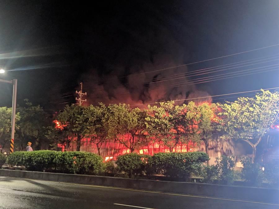 后壁区台1线省道旁铁皮仓库发生火警,300坪厂房堆满塑胶原料,火势猛烈,警义消出动灭火,闷烧近6个小时才扑灭。