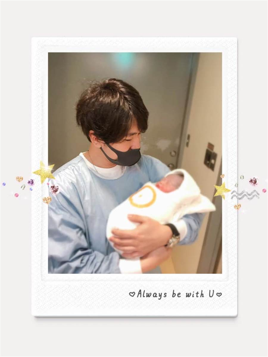 衛斯理懷抱女兒,眼神充滿愛。(圖/FB@朱芯儀)